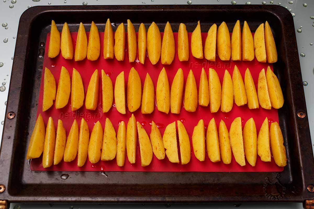Картофельные дольки на противне
