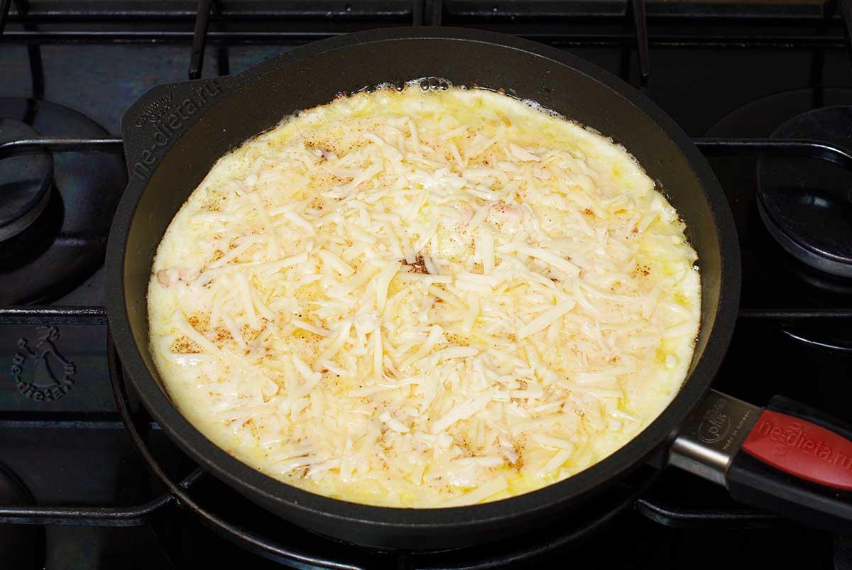 Омлет с креветками посыпать сыром