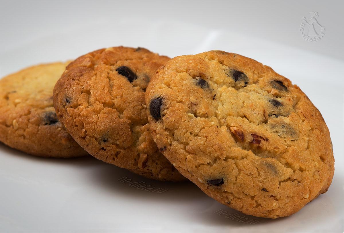 Песочное печенье с шоколадом и орехами