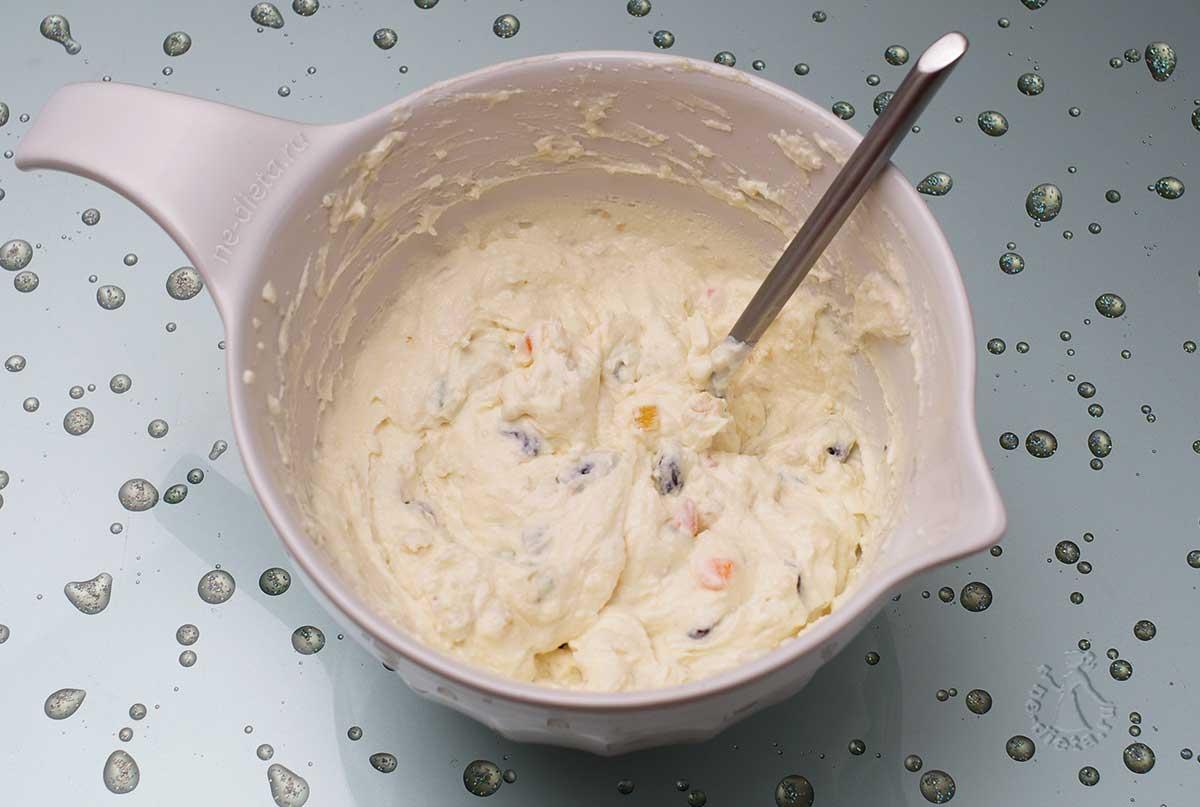В творожную смесь выложить сухофрукты, орехи и цукаты