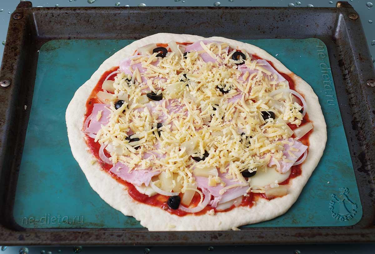 Пиццу посыпать сыром
