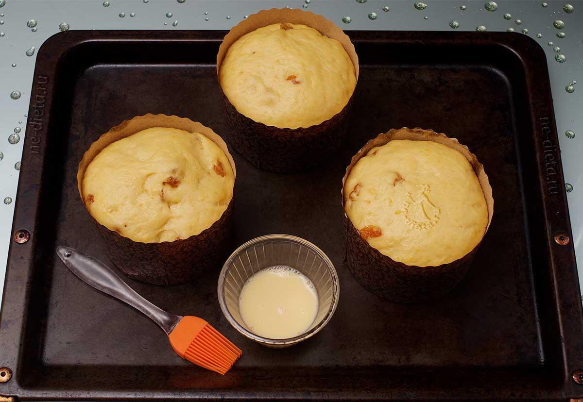 Подошедшее тесто в формах смазать яйцом