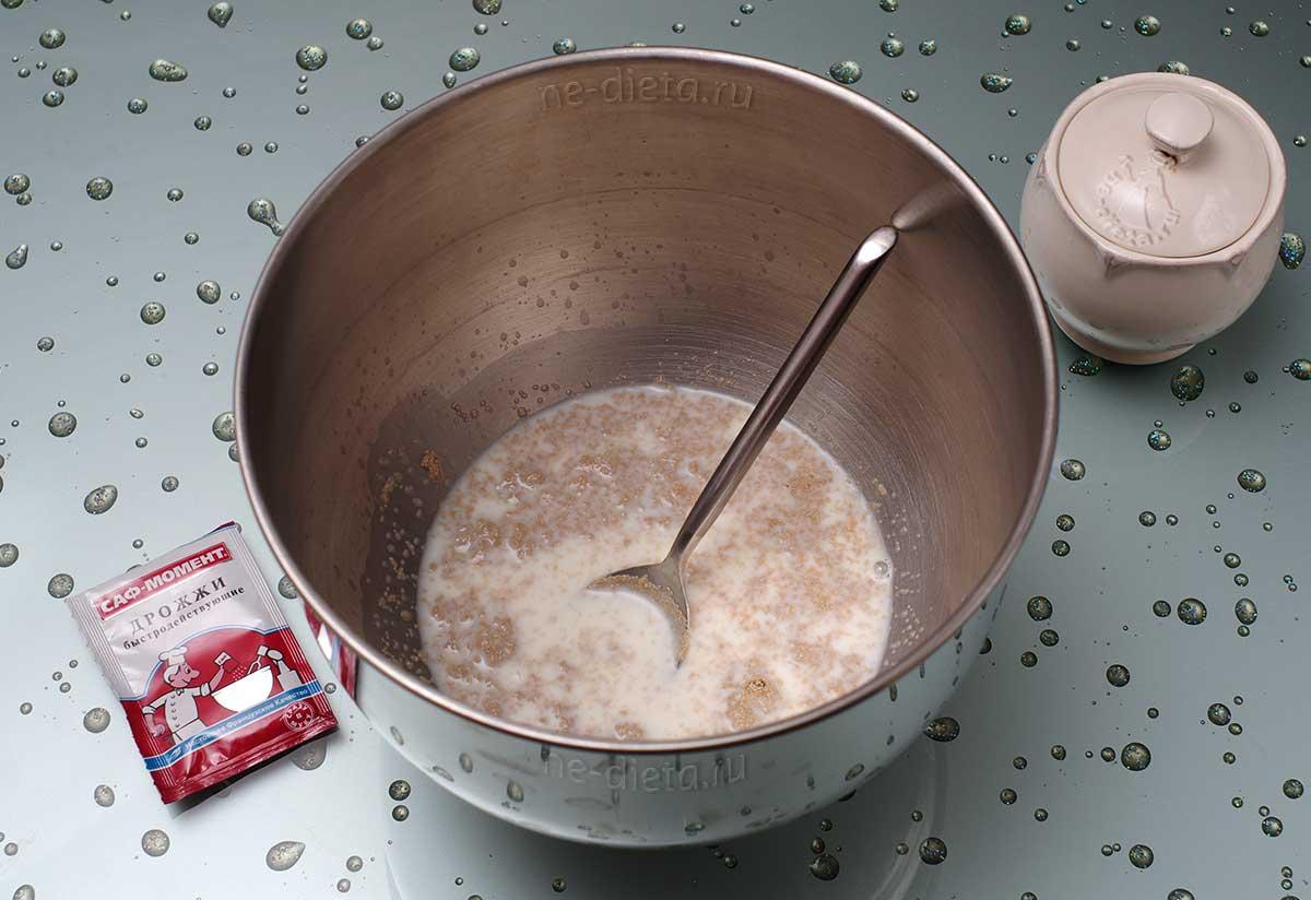 В молоке развести сахар и дрожжи