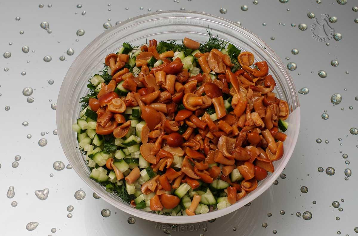 Все ингредиенты выложить в салатник