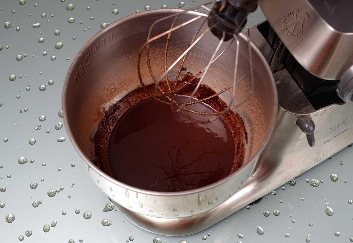 Вмешать какао в масляную смесь