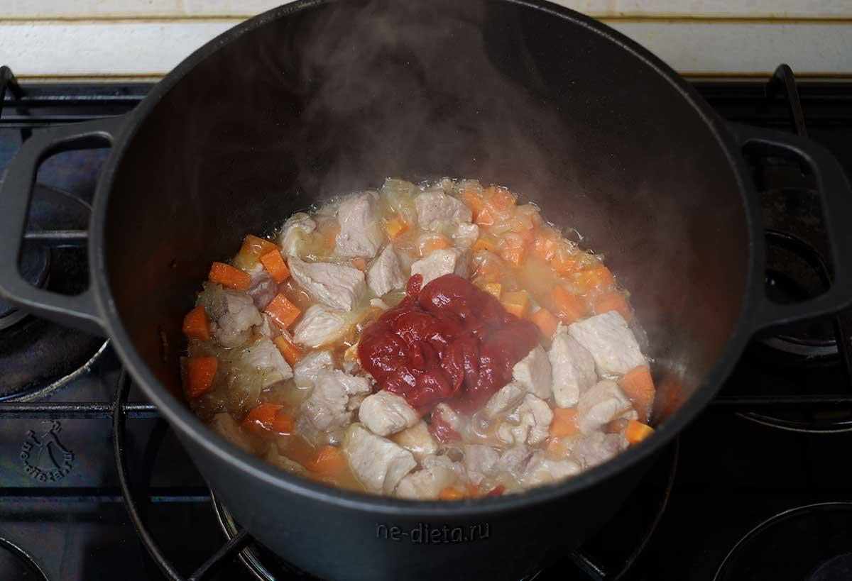 В жаркое добавить томатную пасту