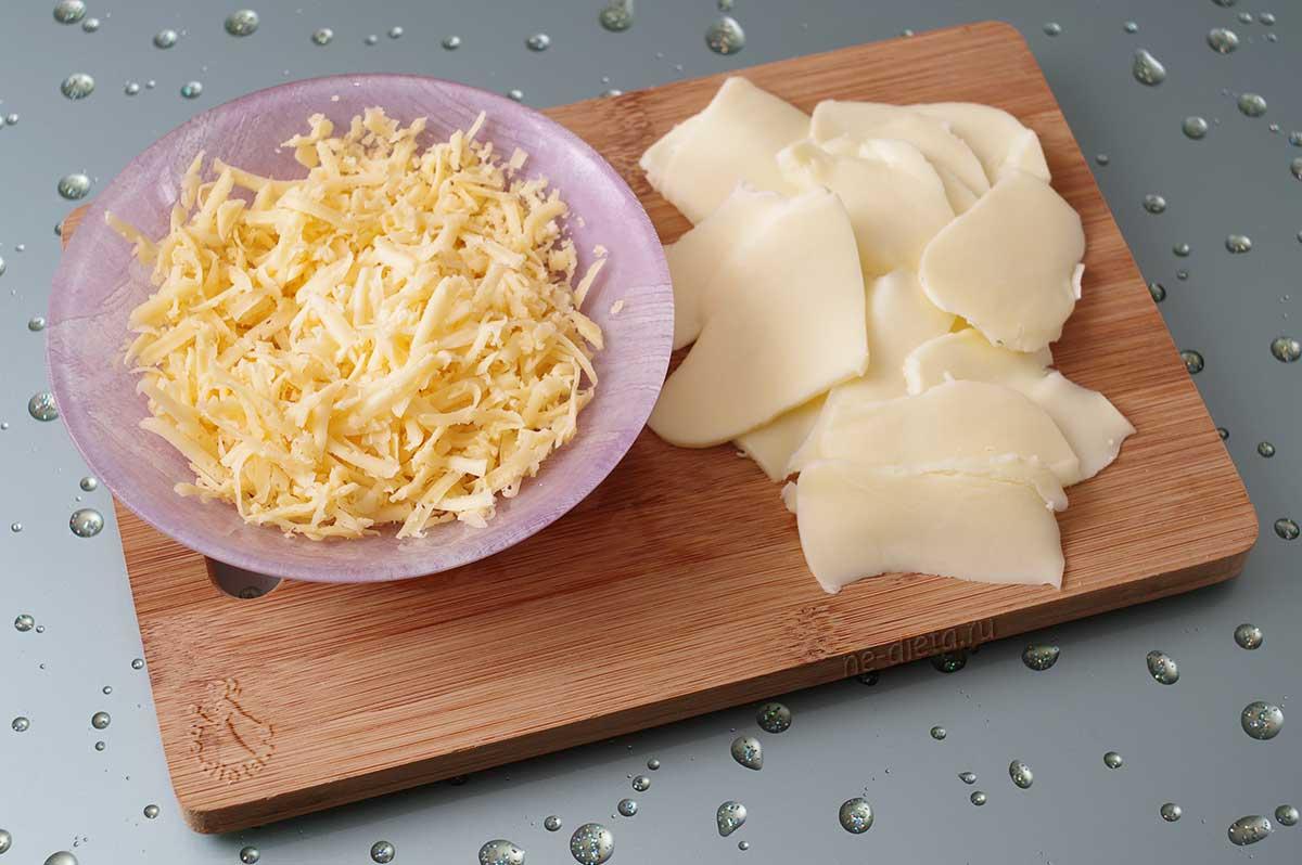 Моцареллу нарезать пластинками, твердый сыр натереть на крупной терке