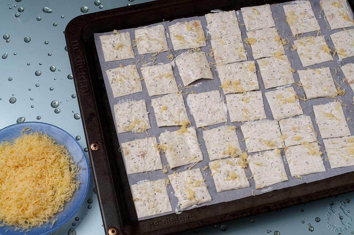 Чипсы посыпать сыром