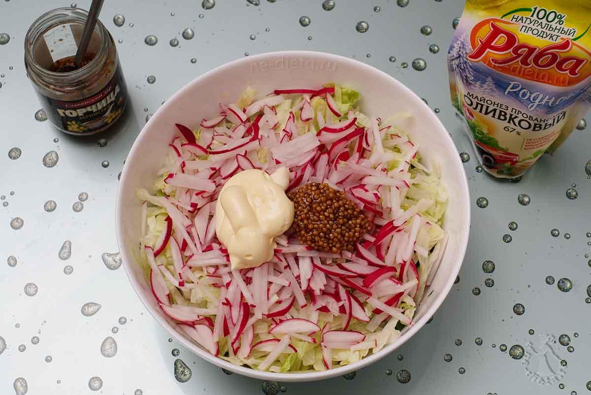Салат заправить горчицей и майонезом