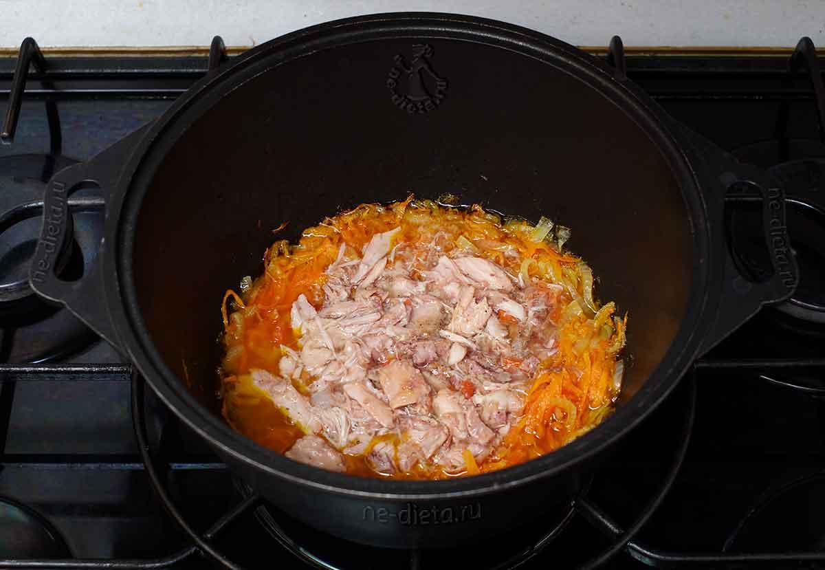 К овощам добавить куриные консервы
