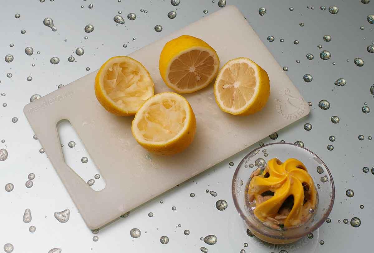 Из лимонов выжать сок