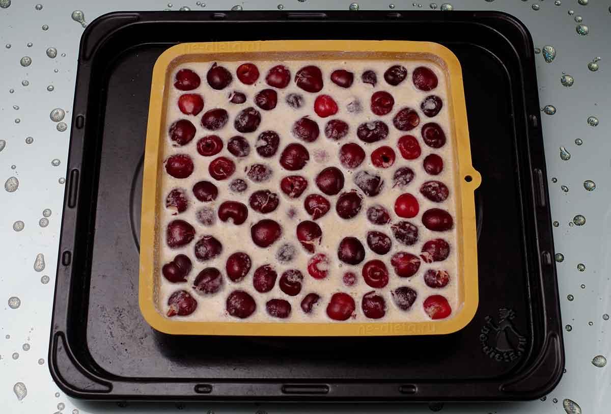 В форму вылить тесто и выложить ягоды