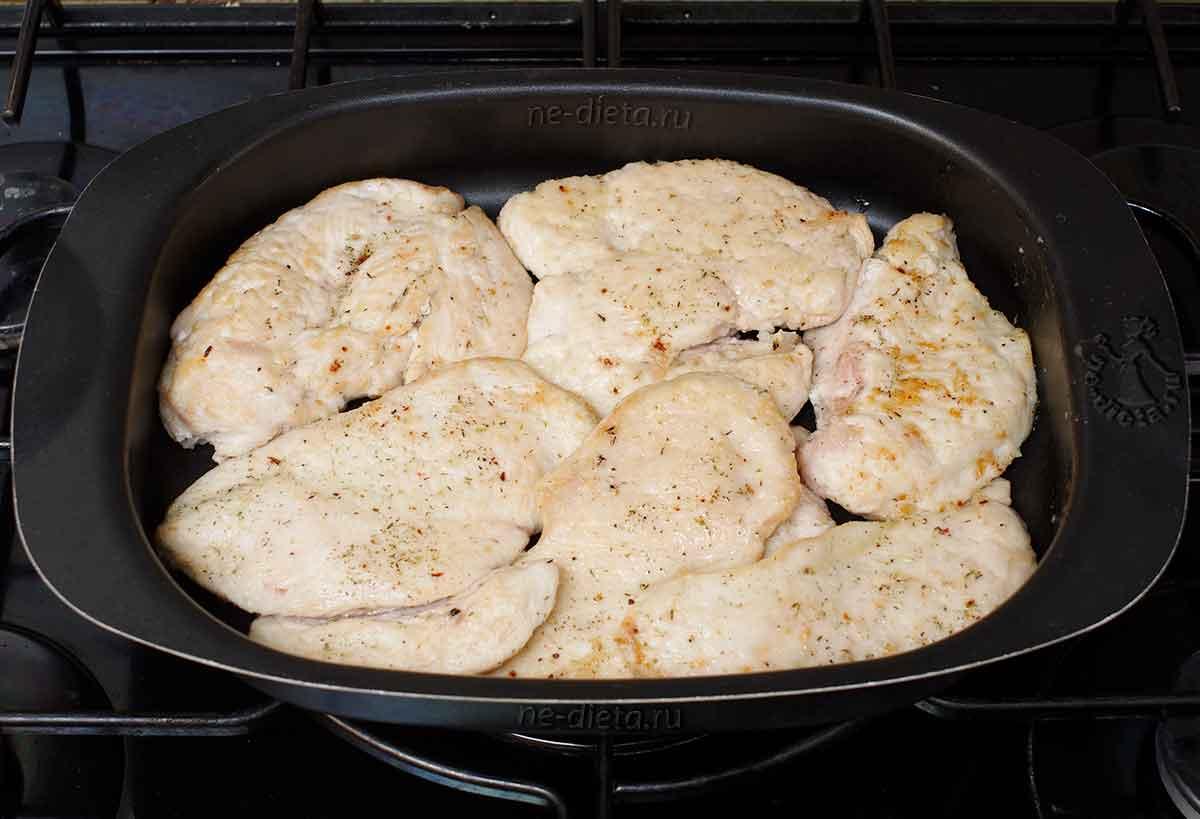 Курицу выложить в форму для запекания