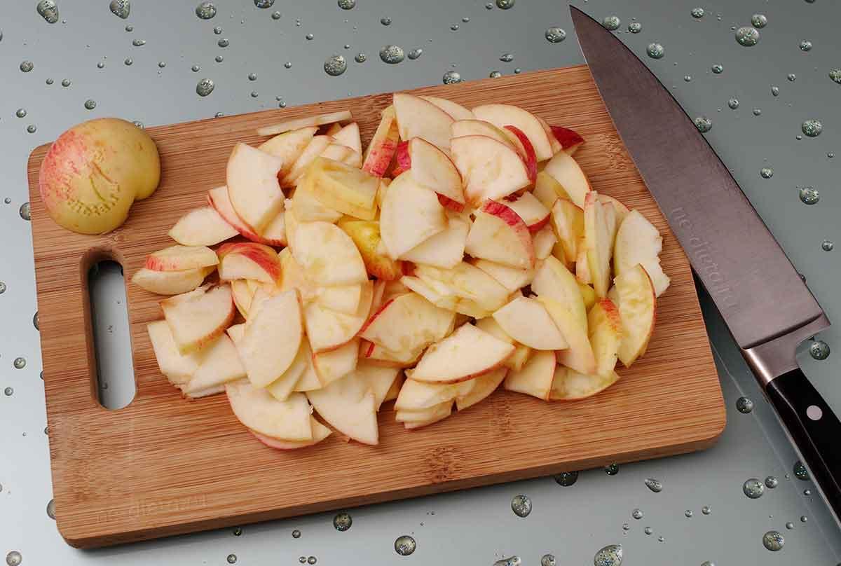 Яблоки порезать небольшими ломтиками