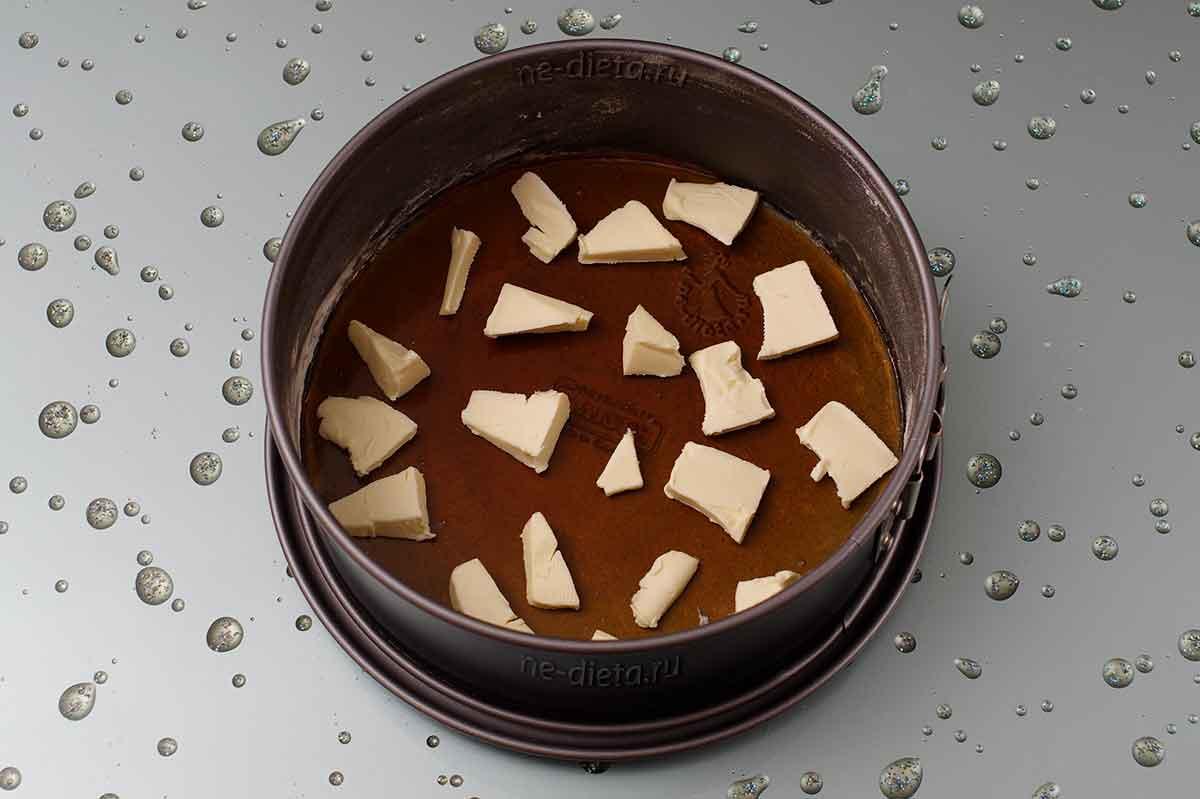 На карамель положить кусочки сливочного масла