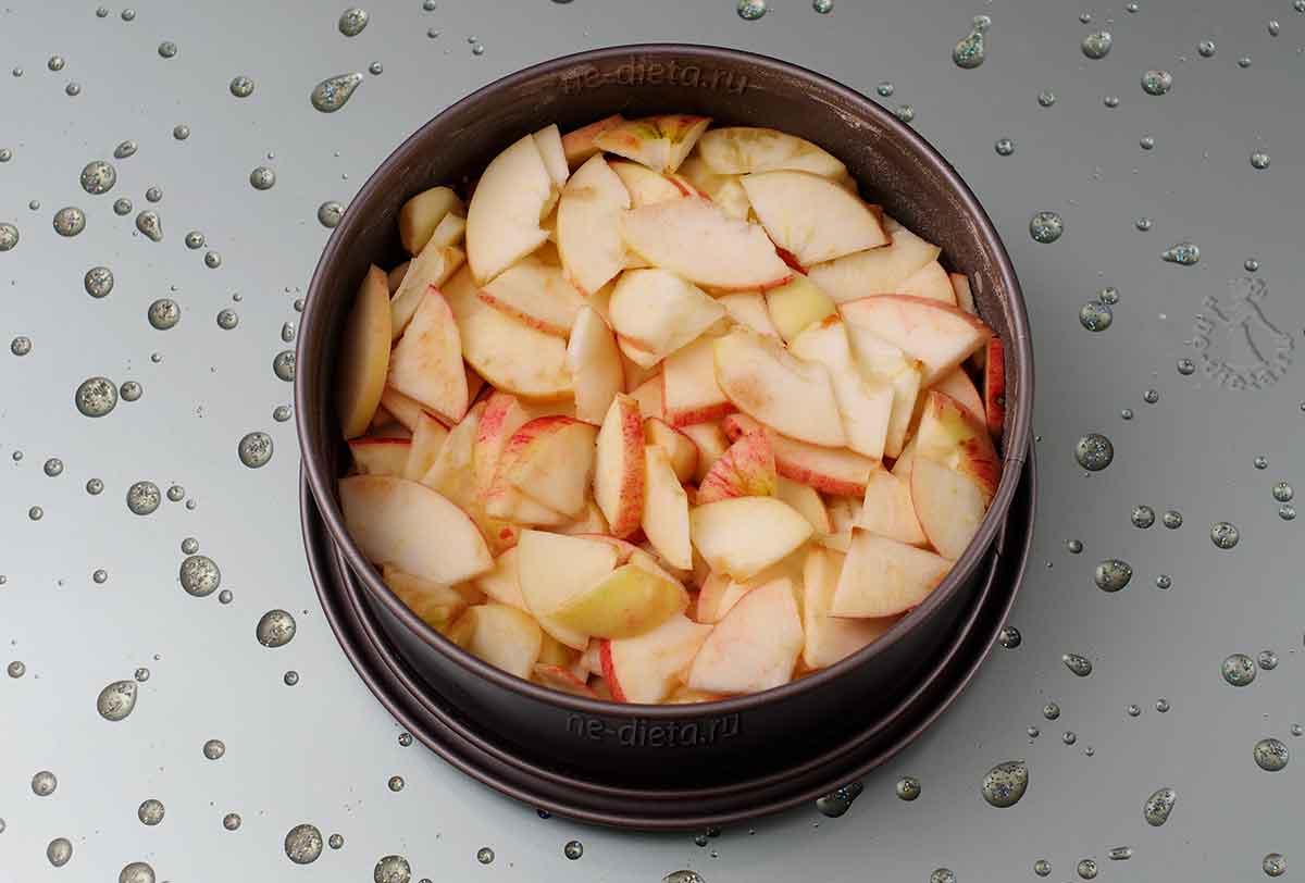 В форму положить яблоки