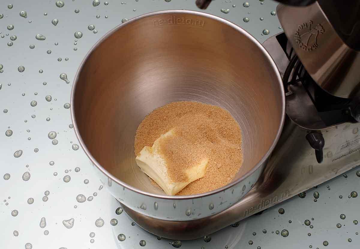 В миску выложить сливочное масло и коричневый сахар