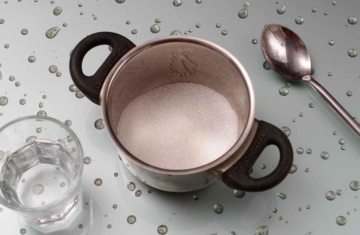 В кастрюлю всыпать сахар и добавить воду