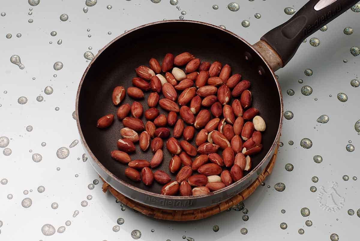 Арахис обжарить на сковороде без масла