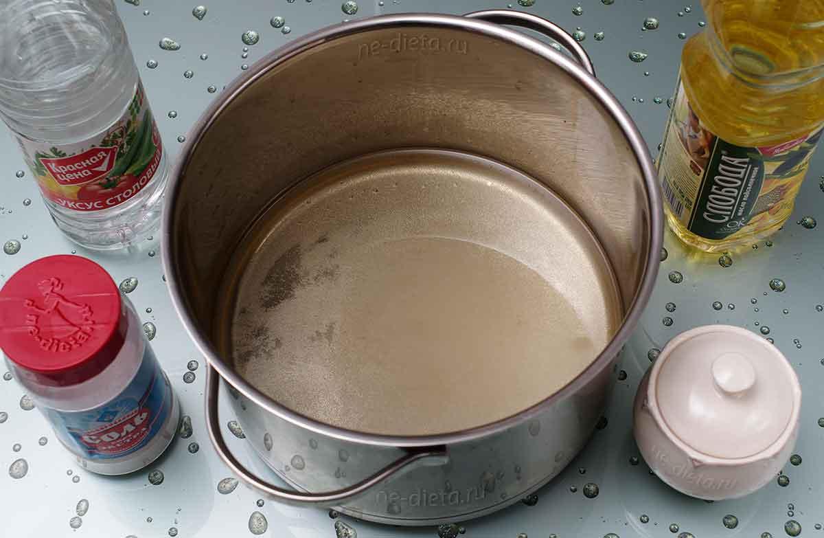 В кастрюле смешать компоненты маринада