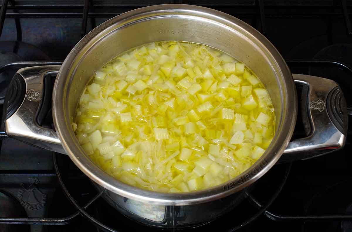 Овощи залить бульоном или водой