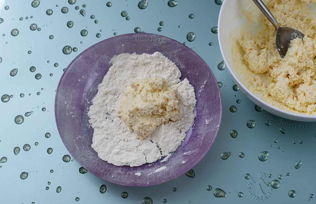 На тарелку с мукой выложить порцию теста