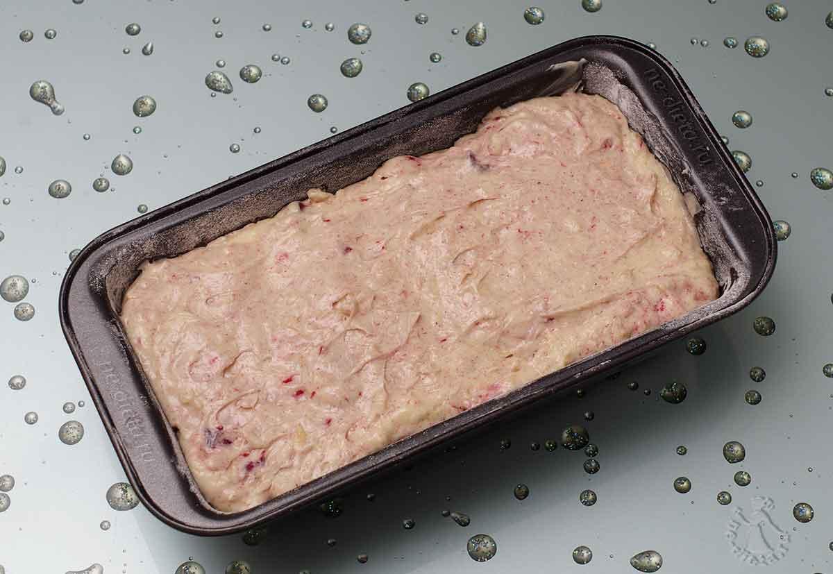 Тесто выложить в форму для кекса