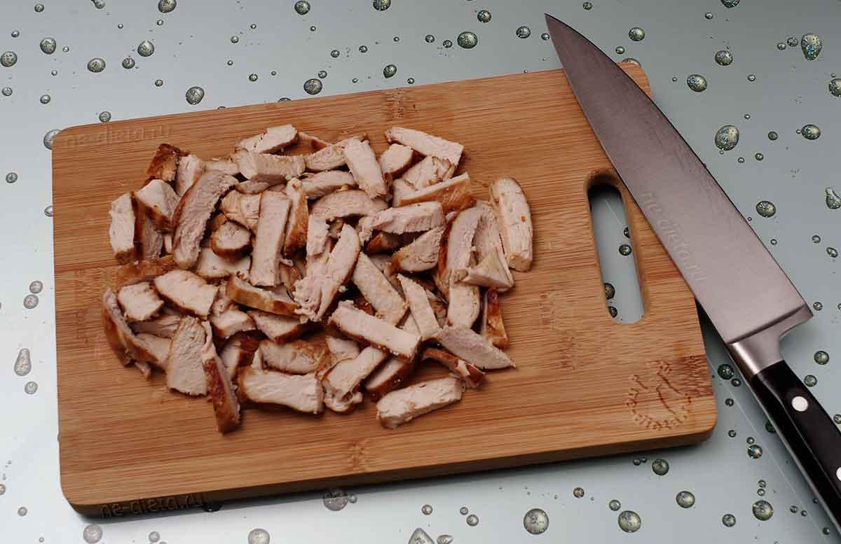 Куриное филе нарезать ломтиками