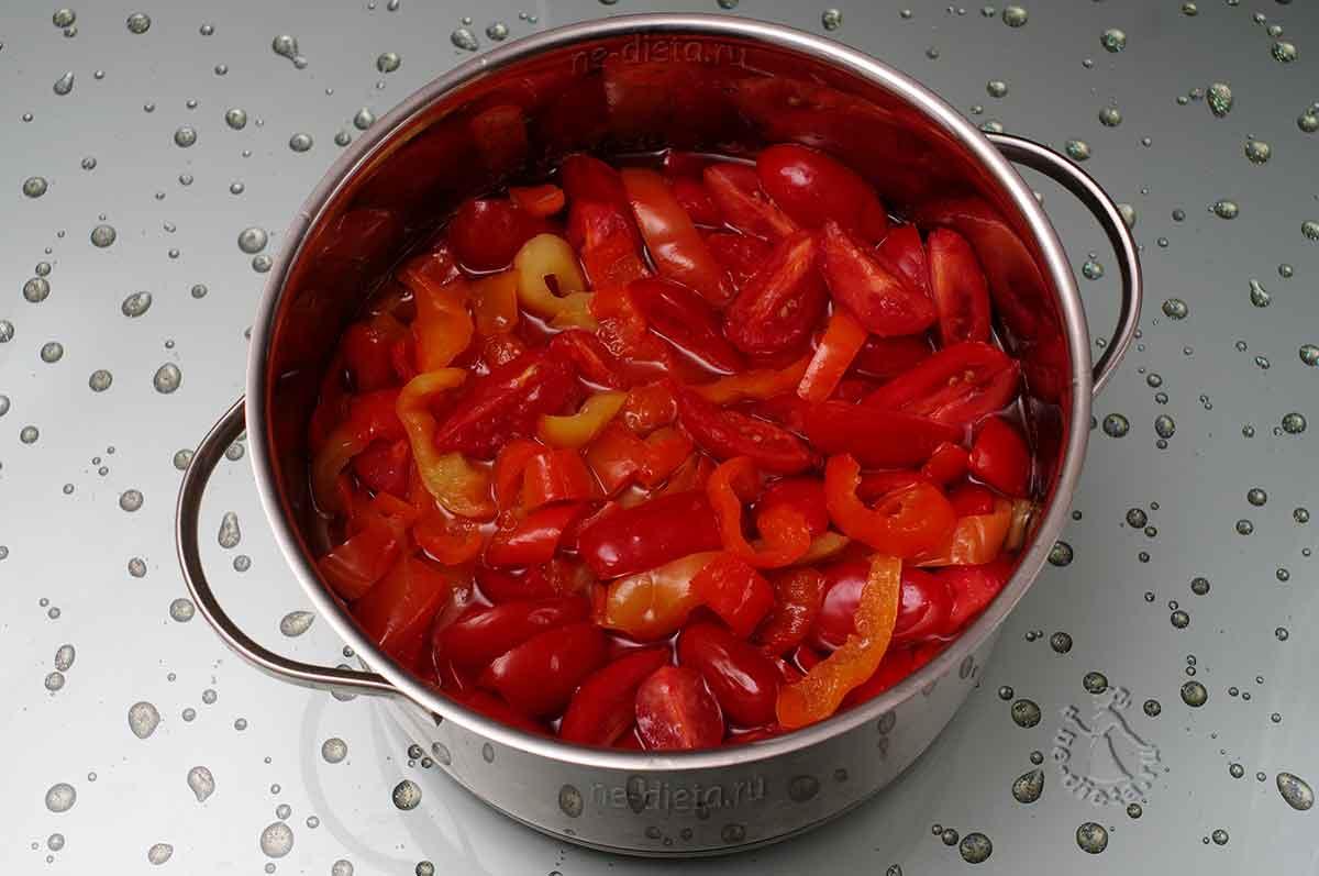 К перцу добавить помидоры