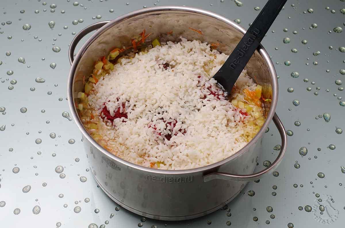 К овощам положить рис, кильку, томатную пасту и компоненты маринада