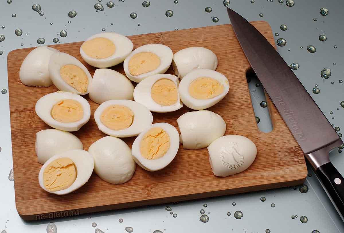 Вареные яйца порезать пополам