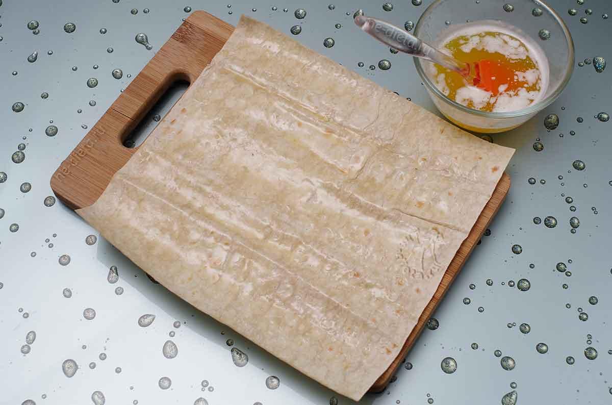 Лист лаваша смазать сливочным маслом
