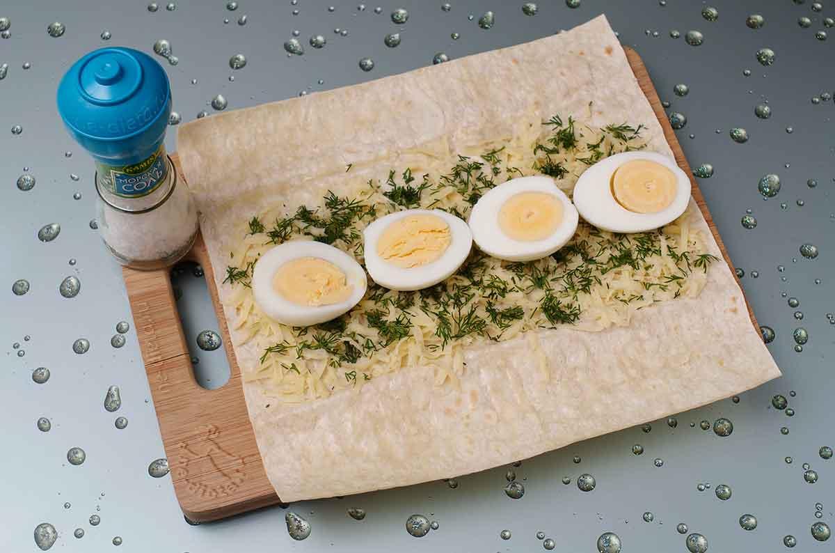 Выложить половинки яиц
