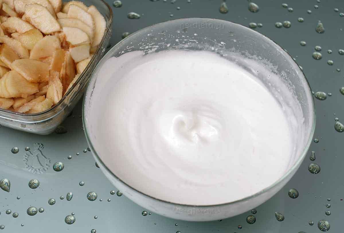 Яичные белки взбить с сахарной пудрой