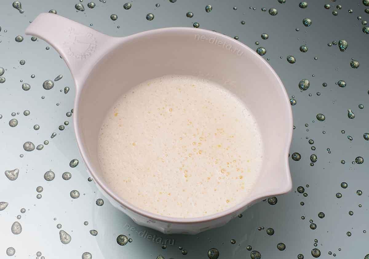 Добавить молоко, растопленное масло и соду