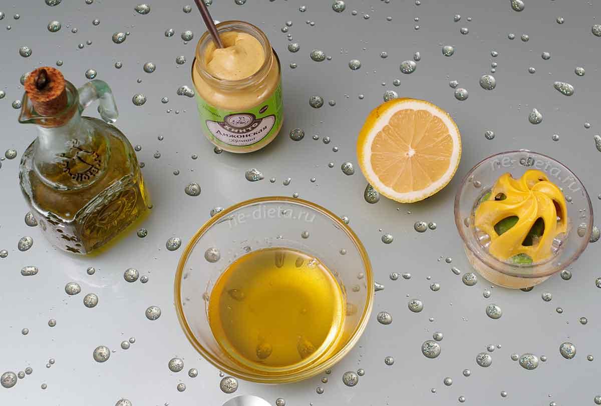 В миске смешать мед, горчицу, лимонный сок и оливковое масло