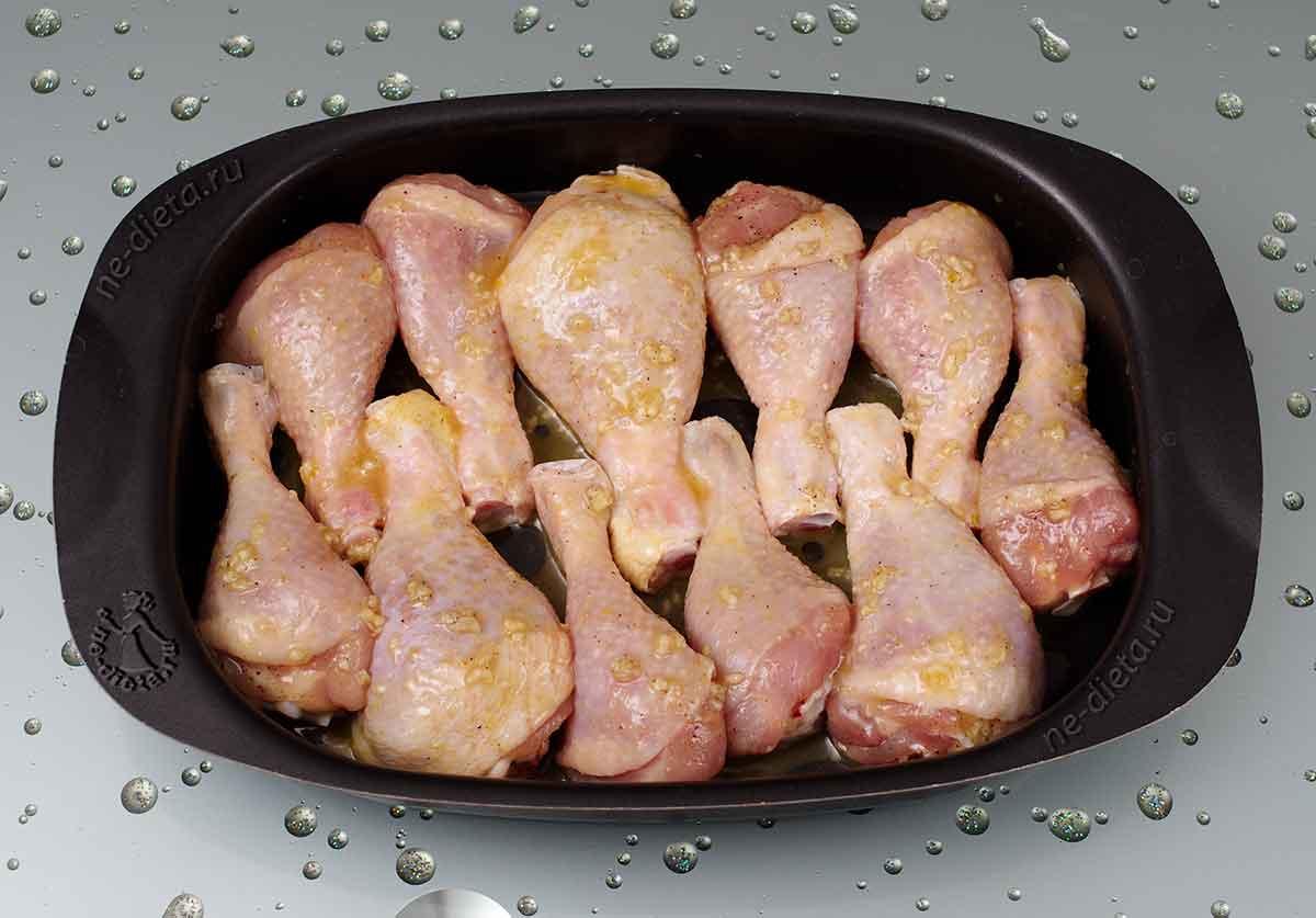 Курицу обмазать медово-горчичным соусом и запечь в духовке