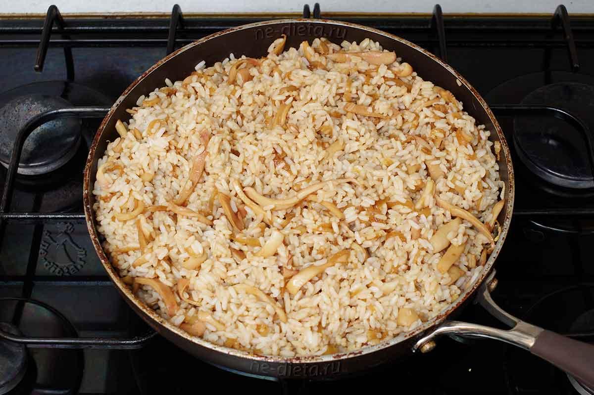 Жареные кальмары с рисом на сковороде