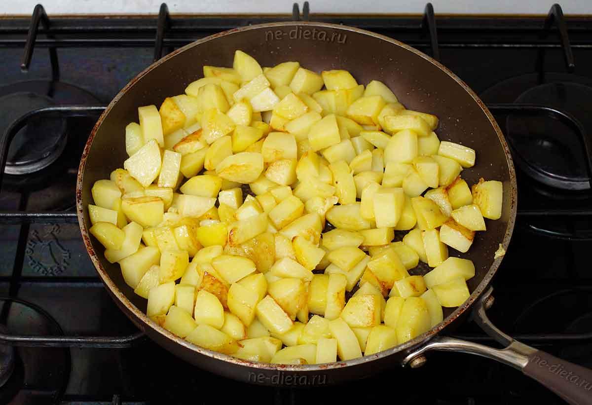 Картошку обжарить до румяной корочки