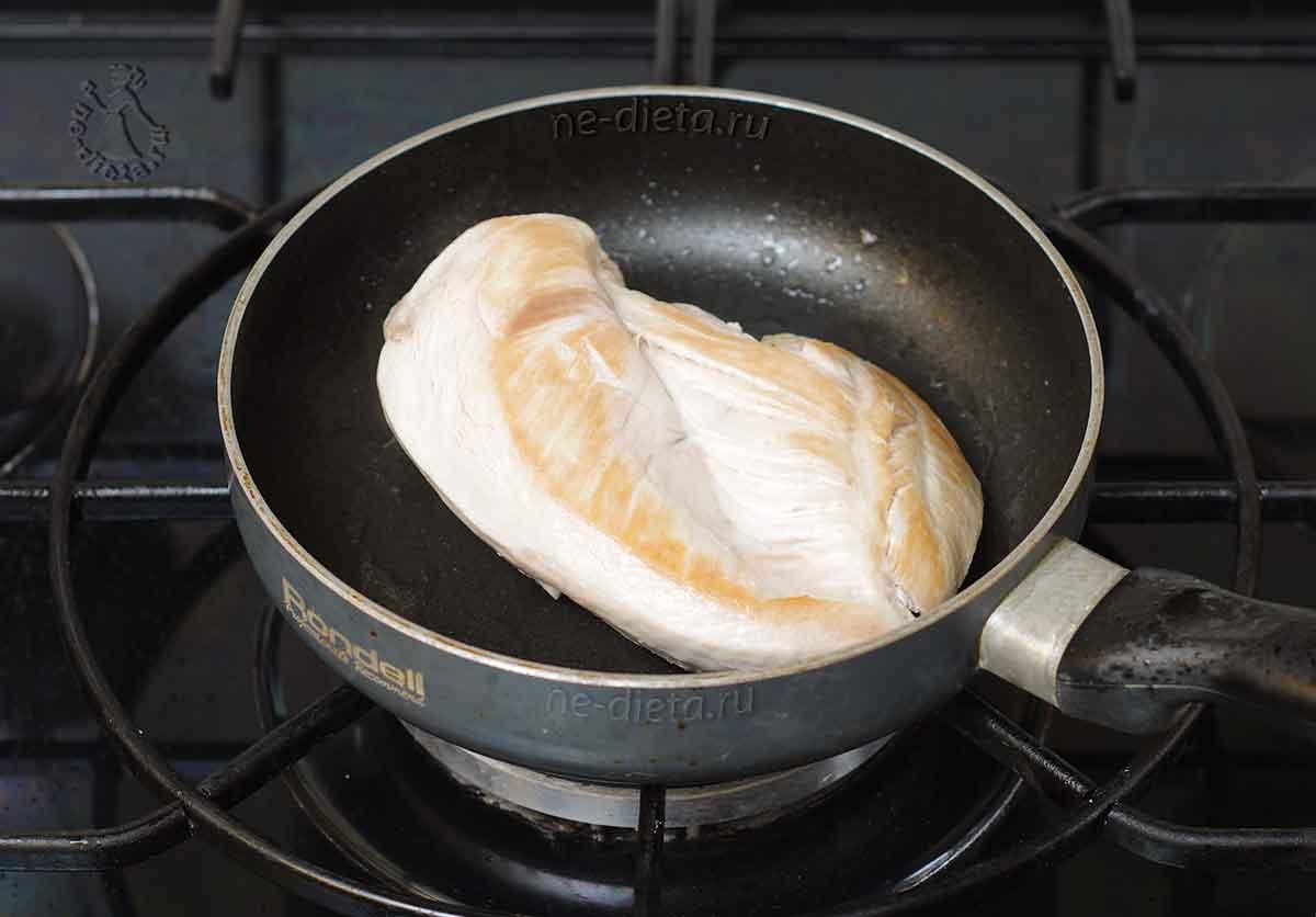 Куриное филе обжарить в масле