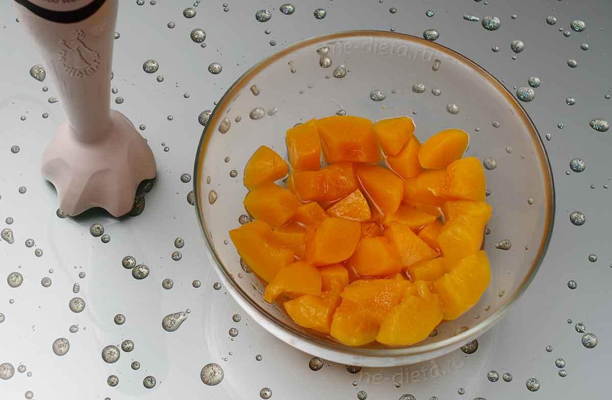 онсервированные персики выложить в миску