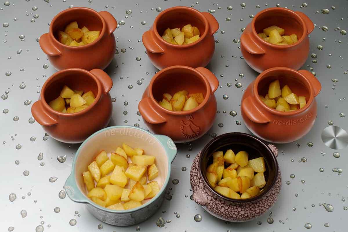 Картошку разложить в горшочки для запекания