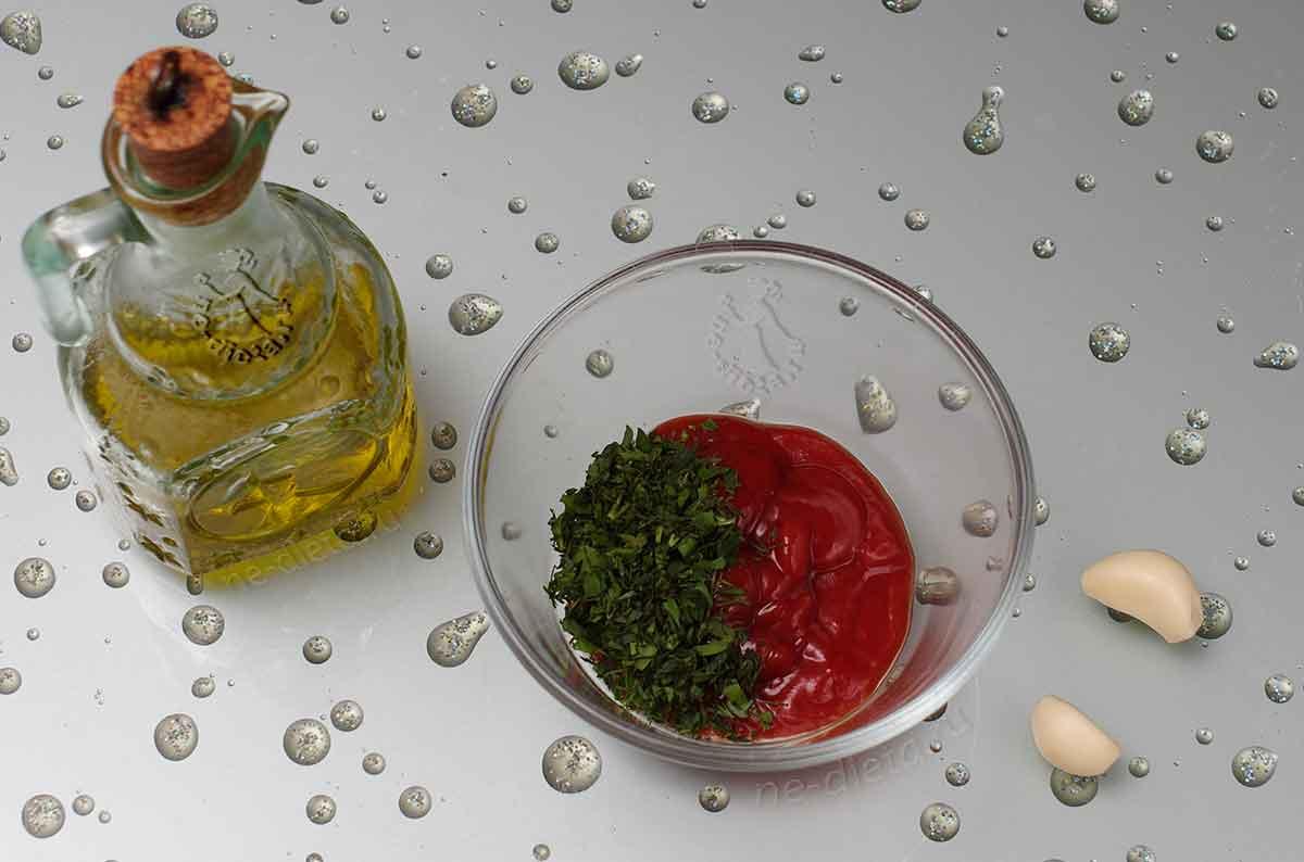 Смешать кетчуп, масло, зелень и чеснок