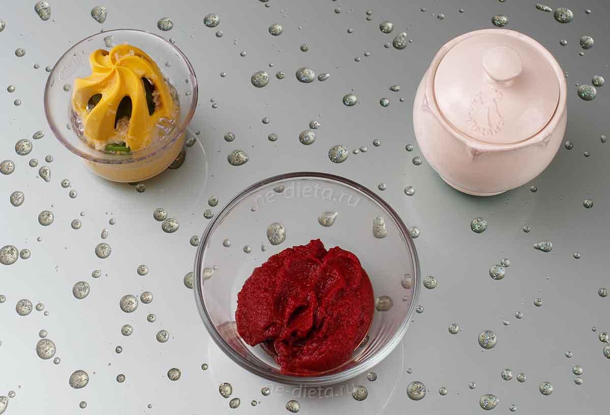 К томатной пасте добавить сахар и лимонный сок