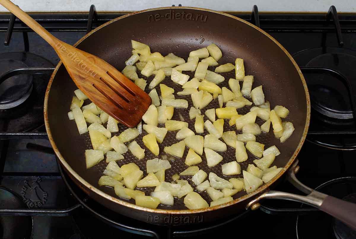 Обжарить ананасы на растительном масле