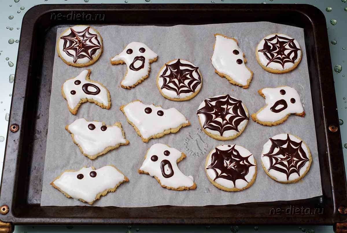 Украсить печенье черной глазурью