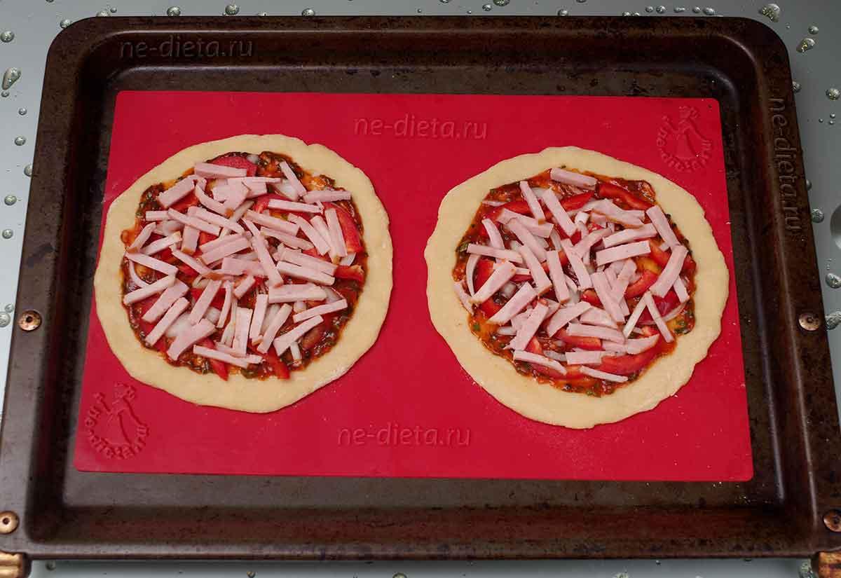 На пиццы выложить начинку