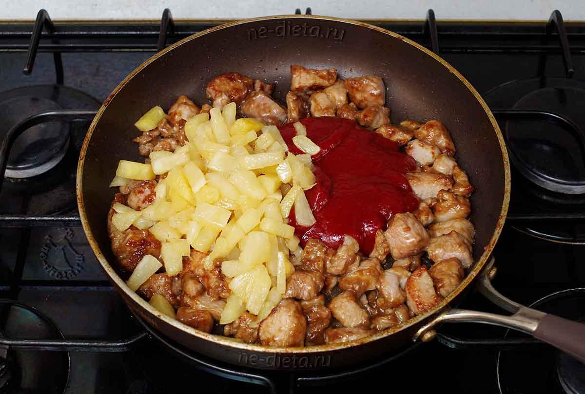 К свинине добавить ананасы и соус