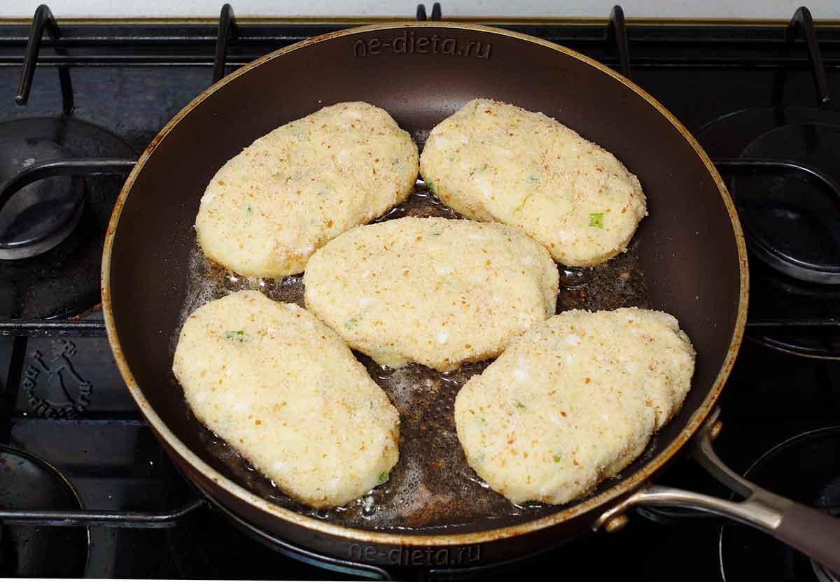 Картофельные котлеты с яйцом на сковороде