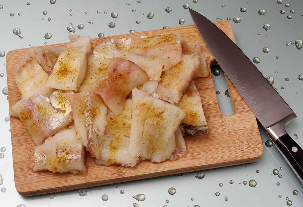 Рыбу порезать и натереть солью и специями